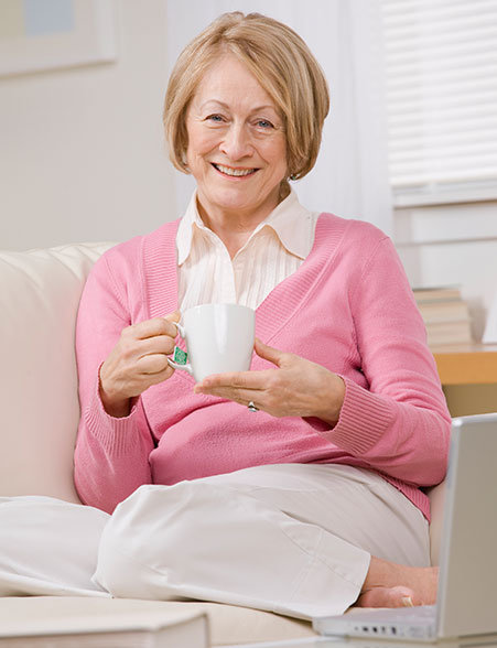 dieses Foto zeigt eine Frau mit einer Teetasse
