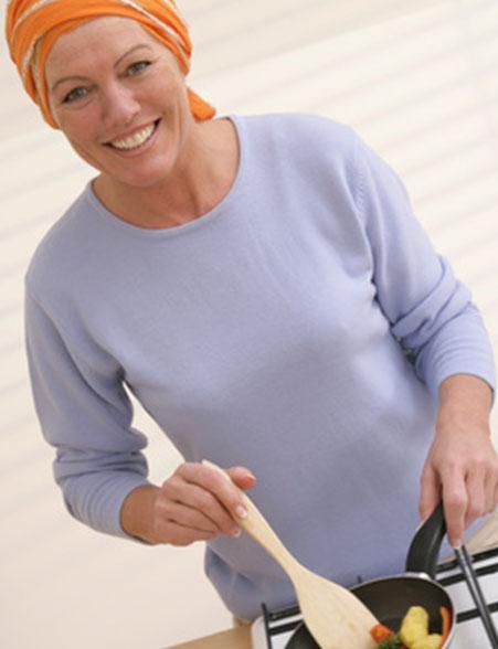 dieses Foto zeigt eine Frau beim Kochen