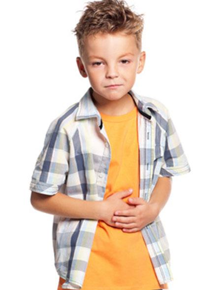 dieses Foto zeigt einen Junge mit Bauchschmerzen