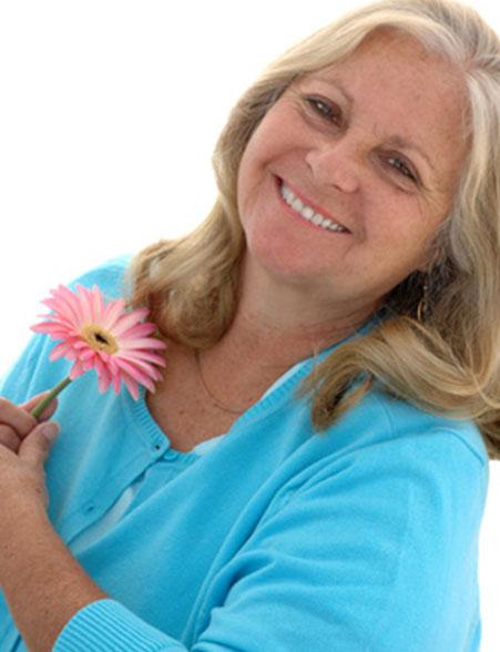 dieses Foto zeigt eine Frau mit Blume