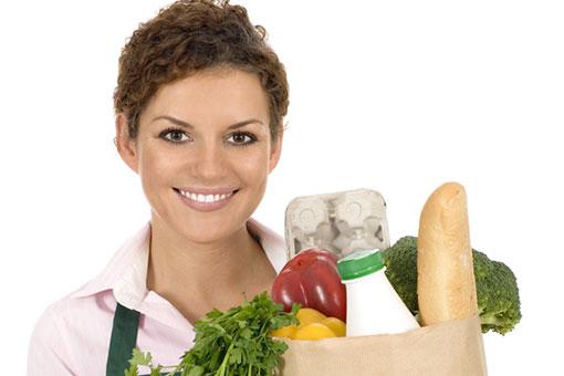 dieses Foto zeigt eine Frau mit einer Einkaufstasche