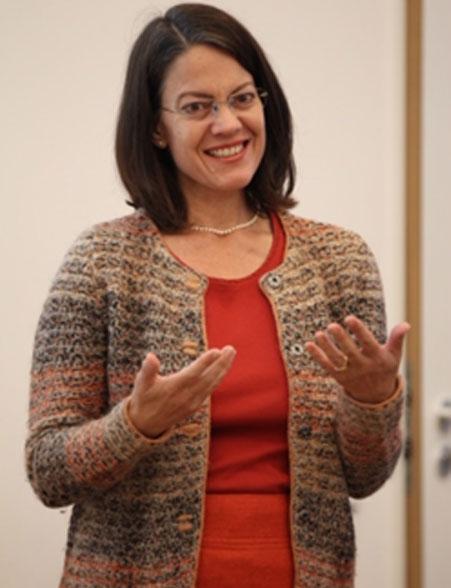 dieses Foto zeigt Frau Ruth Rieckmann während eines Vortrags