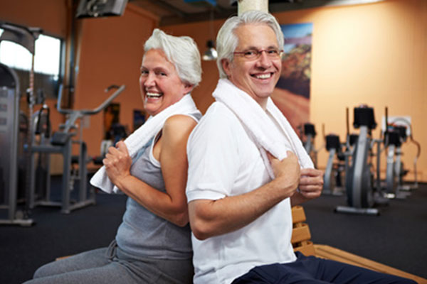 dieses Foto zeigt ein älteres Paar im Fitness-Studio